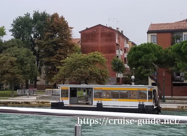 ヴェネチアの川沿い