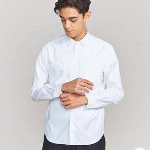 白シャツ×黒のスラックス